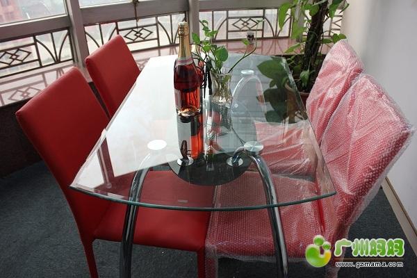 全新餐桌 4把时尚红色皮革餐椅 已转出封贴